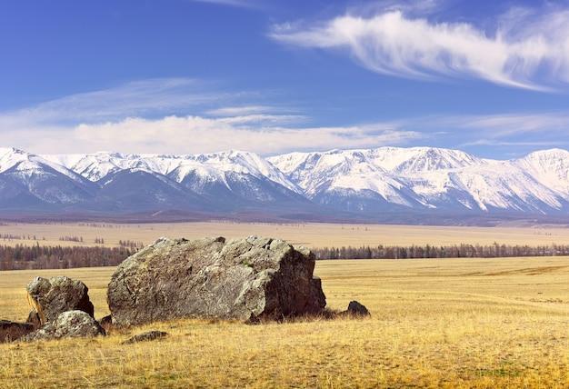La catena del northchui nelle montagne altai rocce ed erba secca nella steppa in primavera