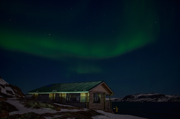 Aurora boreale sul campo silenzioso prima dell'alba
