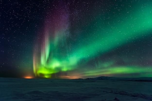 Aurora boreale aurora boreale sopra le montagne