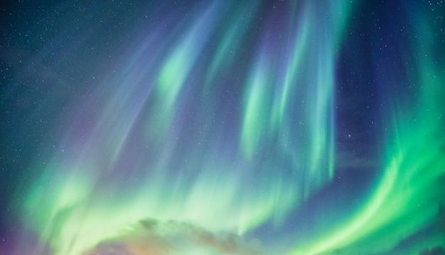 Aurora boreale, aurora boreale con stellato nel cielo notturno sul circolo polare artico