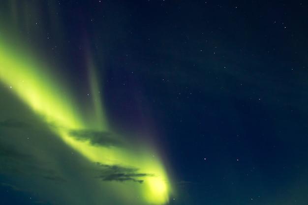 Vista in dettaglio dell'aurora boreale dall'islanda. aurora boreale. aurora verde