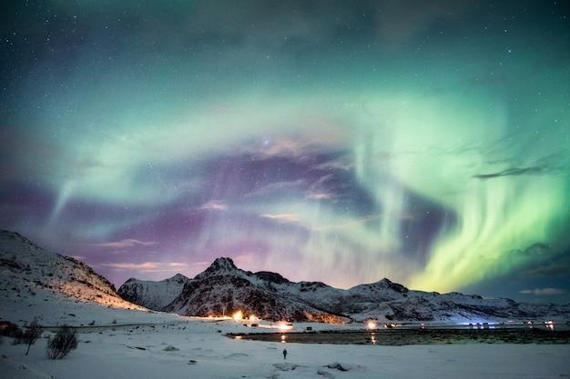 Aurora boreale sopra la montagna in inverno
