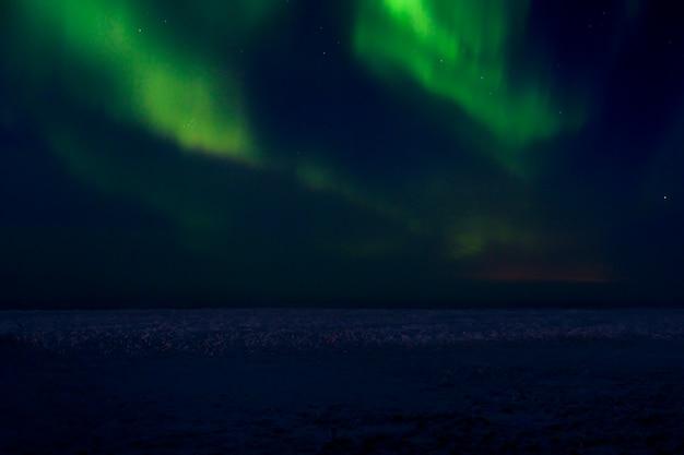 Aurora boreale al cielo notturno. aurora boreale bellissime luci polari nel cielo con le stelle.