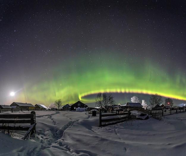 Aurora boreale sul villaggio