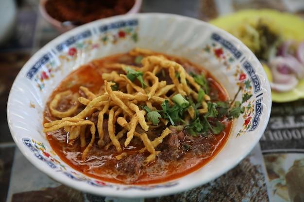 Zuppa di tagliatelle al curry tailandese settentrionale, cibo di strada tailandese locale khao soi