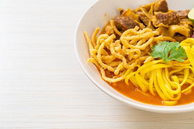 Zuppa di curry di pasta tailandese settentrionale con maiale brasato