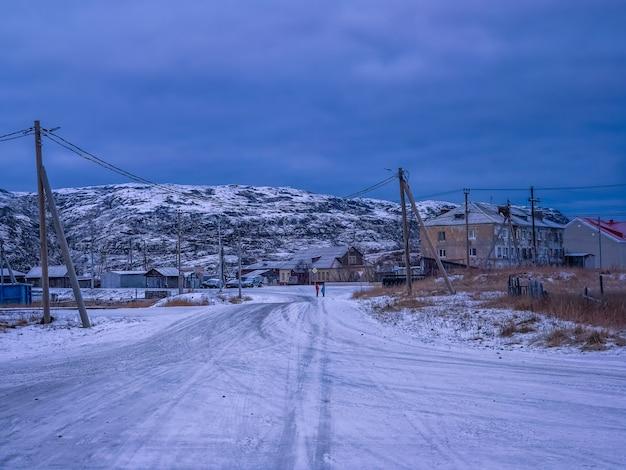Il villaggio del nord nella notte polare. l'ora blu scuro. vecchio villaggio autentico di teriberka. penisola di kola. russia.