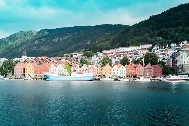 Norvegia, bergen - 25 agosto 2019: vista dal molo alla città di bergen con case in legno colorate