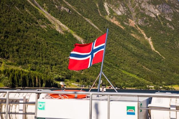 Bandiera della norvegia fiordo hjorundfjorden, norvegia. cielo drammatico e montagne tenebrose. paesaggio.