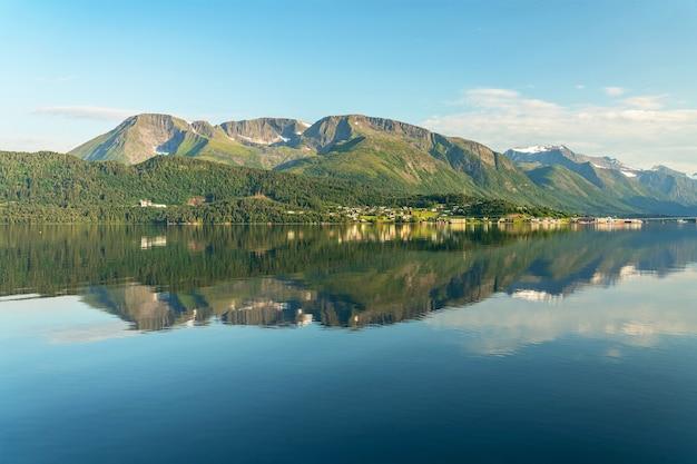 Vista panoramica dei fiordi norvegesi con la riflessione della montagna