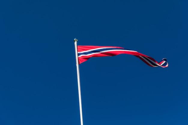 Bandiera norvegese contro il cielo blu, bandiera della norvegia