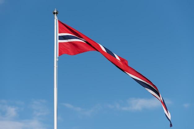 Bandiera norvegese contro il cielo blu