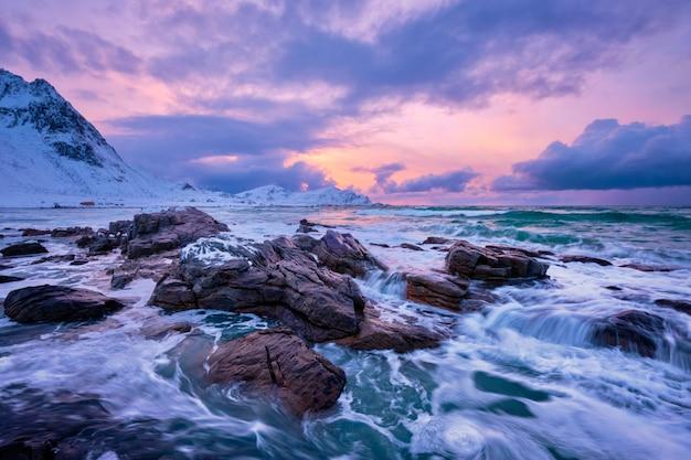 Il mare di norvegia ondeggia sulla costa rocciosa delle isole lofoten, norvegia