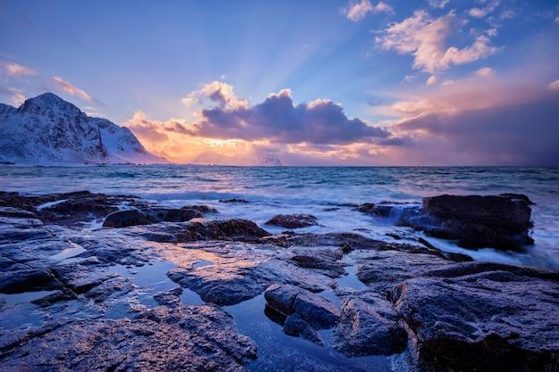 Il mare norvegese ondeggia sulla costa rocciosa delle isole lofoten, norvegia