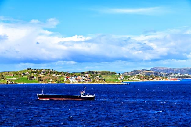 Vista sul mare norvegese con nave