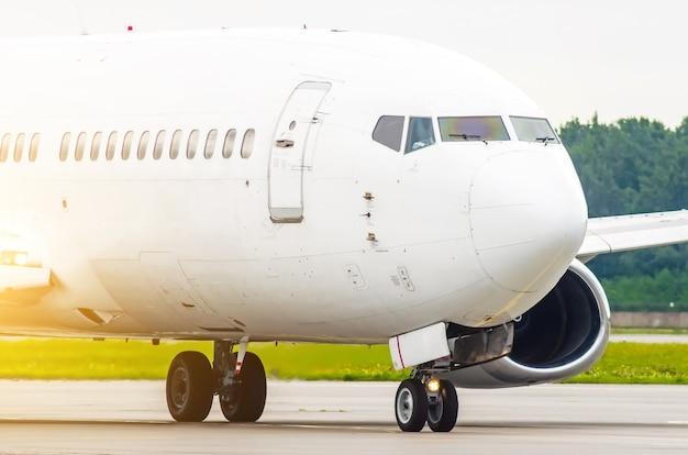 Naso del passeggero e cabina di pilotaggio del pilota, primo piano dell'aeroplano.