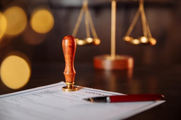 Penna e timbro del notaio su un contratto. strumenti notarili.