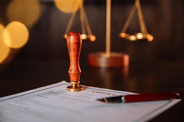 Penna e timbro del notaio su un contratto in carica. strumenti notarili.