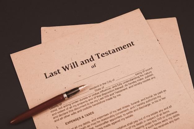 Penna e timbro pubblico del notaio su testamento e testamento. strumenti notarili