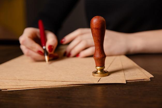 Notaio firma un contratto con penna stilografica in camera oscura concetto penna uomo d'affari legge avvocato avvocato notaio
