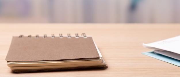 Taccuino o calendario con busta sul tavolo