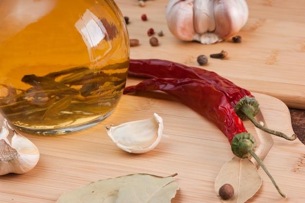 Taccuino per cucinare ricette e spezie su un tavolo di legno