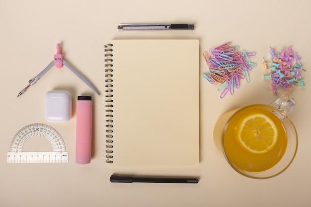 Una cuffia per notebook e un pennarello sono splendidamente disposti su uno sfondo chiaro accanto ad esso è...