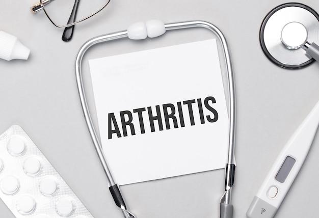 Nel quaderno c'è il testo stetoscopio per l'artrite, pillole e occhiali.