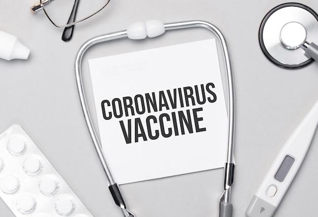 Nel taccuino c'è il testo stetoscopio, pillole e occhiali del vaccino contro il coronavirus.