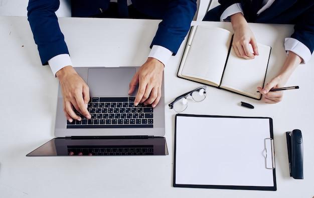 Notebook forniture per ufficio notepad occhiali documenti vista dall'alto
