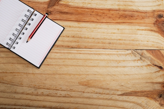 Quaderno aperto in legno, penna