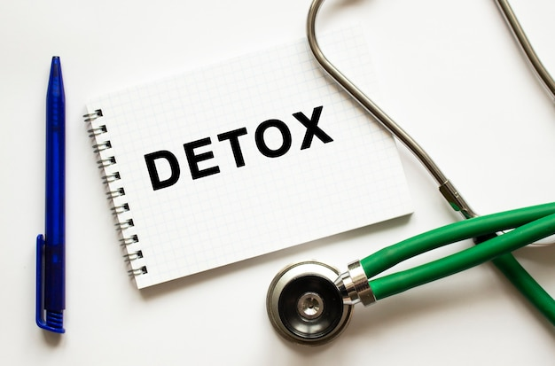 Pagina del taccuino con testo detox su un tavolo con uno stetoscopio