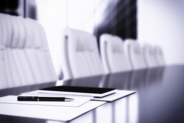 Notebook sul tavolo in una sala riunioni