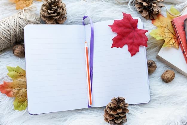 Notebook con lenzuola pulite su bianco