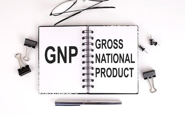 Taccuino con il prodotto nazionale lordo pnl su un tavolo