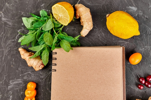 Notebook con prodotti sani