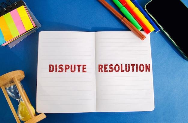Notebook con iscrizione diritto di risoluzione delle controversie e concetto di giustizia litigation arbitrato