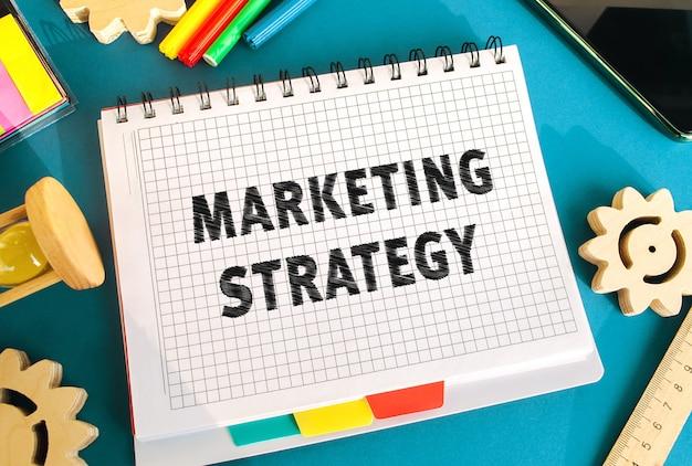 Notebook con iscrizione strategia di marketing business plan per attirare potenziali clienti