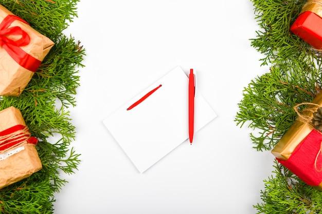Taccuino con la penna sullo spazio di natale