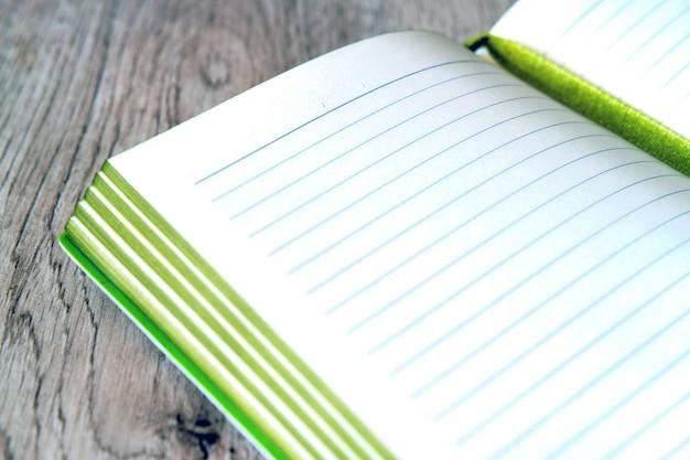 Notebook con fogli un tavolo di legno