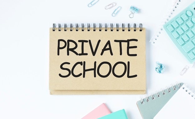 Notebook con testo scuola privata foglio di carta bianca per appunti, calcolatrice, occhiali, matita, penna