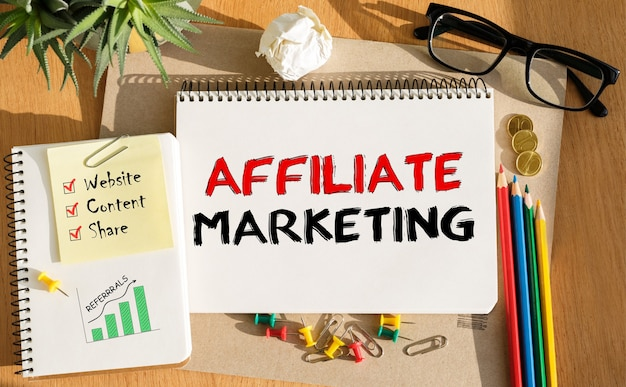 Notebook con strumenti e note sul marketing di affiliazione