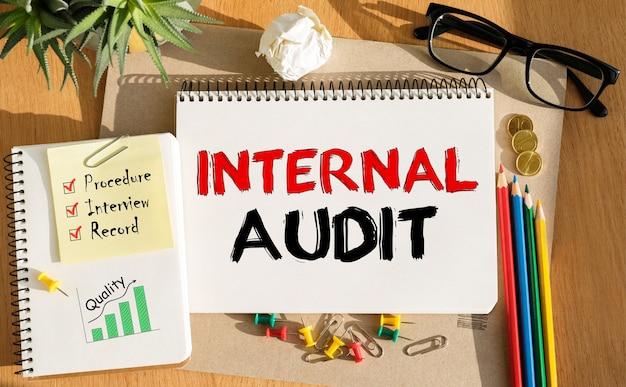 Notebook con strumenti e note sull'audit interno