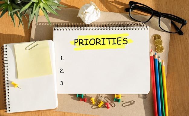 Notebook con strumenti e note sulle priorità