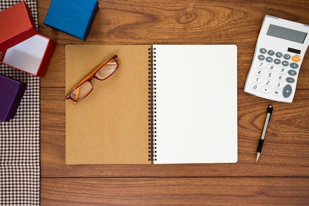 Notebook su uno sfondo di legno