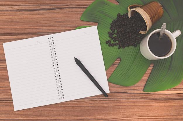 Notebook e tazze da caffè sulla scrivania