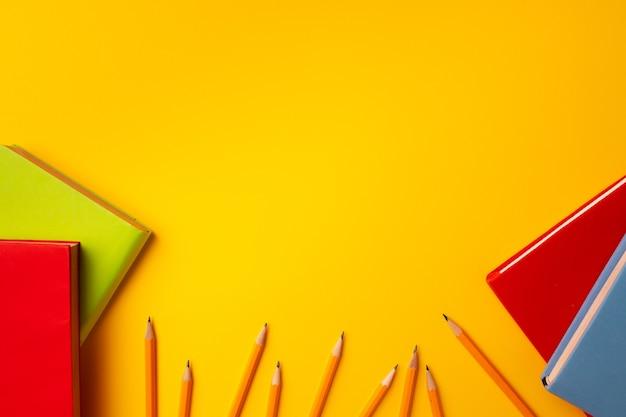 Cancelleria per blocco note e matite colorate sullo spazio di lavoro