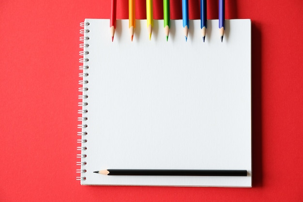 Blocco note e matite colorate sul tavolo