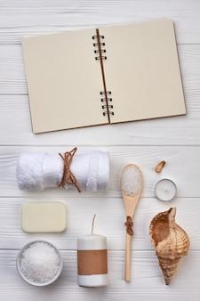 Blocco note per spazio copia e accessori per il bagno sulla scrivania bianca.