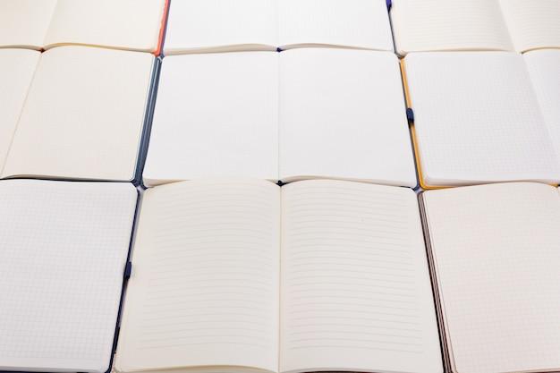 Blocco note o carta per notebook come sfondo, vista frontale